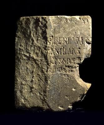 original en piedra se atesora en el Museo de Israel.1 Se trata de una evidencia epigráfica de relevancia hallada en 1961, entre los restos del teatro de Caesarea maritima. En ella consta el registro del nombre incompleto de Poncio Pilato, junto al término Tiberieum, todo lo cual acredita el papel histórico de Poncio Pilato en esa región.