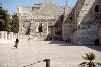 La entrada a la famosa iglesia de Belén es muy impresionante. El gran patio es perfecto para los sacerdotes, peregrinos o turistas, pero más notable son los vendedores. La policía palestina ahora patrullan la zona.