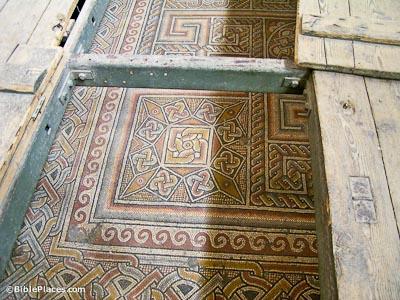 Por debajo del suelo actual están estos hermosos mosaicos de la iglesia anterior. La iglesia construida bajo la dirección de la madre de Constantino era octogonal, típico de las iglesias bizantinas conmemorativos. Antes de que el imperio romano se convirtió al cristianismo, el área era un bosque sagrado de Thammuz.