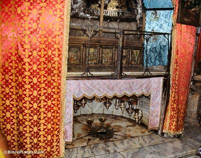Según la tradición, María dio a luz a Jesús en el lugar de donde la estrella se encuentra en el suelo. La tradición de que el nacimiento fue en una cueva es una de las más antiguas tradiciones cristianas..Justino Mártir menciona en la segunda mitad del siglo, como lo hace el Protoevangelio de Santiago (también segundo siglo). Orígenes observa que la cueva del nacimiento de Jesús se señaló en su día y sin duda este era el mismo lugar donde se erigió la iglesia bizantina.