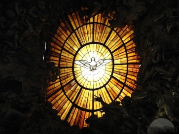 stained-glass-behind-the-altar-10ft-wing-span-vatican-city
